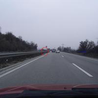 Anfahrtsansicht: Im roten Kreis steht das Multanova VR 6F, ausgebaut in der Mittelleitplanke. Das dazugehörige Messfahrzeug parkt auf einem Feldweg rechts im Grünen (blauer Pfeil). Es handelt sich um den altbekannten grünen Opel Kombi mit Ludwigshafener Kennzeichen. Die Messstelle befindet sich zwischen dem Rasthof Pfalz und dem Grünstadter Autohof, Fahrtrichtung Ludwigshafen/Mannheim. Es gilt Tempo 100.