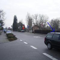 Die Messstelle befindet sich in Ludwigshafen-Oggersheim in der Speyerer Straße stadtauswärts. Das Kuriose an dieser Messstelle: zum Zeitpunkt der Messung fand an der nahegelegenen Kreuzung Speyerer Straße/Weimarer Straße ein Unfall statt. Der vmtl. Unfallverursacher (stand mitten in der Straße) ist mit einem blauen Pfeil gekennzeichnet, das Messfahrzeug mit einem roten.