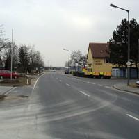 """Anfahrtsansicht - auf Höhe der Bushaltestelle kann man schon den blauen Peugeot vom """"Cadolzburger Abzockverein"""" erkennen."""