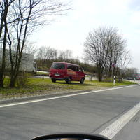 Der bekannte wein-rote Bus bei der Arbeit. Gelassen beobachten die Jungs vom Trachtenverein den dichten Freitagnachmittagsverkehr gegen 14:30 Uhr.