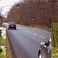 """Näher dran. Die Meßstelle ist ein echter Klassiker, schon zu DDR-Zeiten wurde hier """"gestoppt"""". Damals stand dann rechts im Gebüsch das Radar, etwas weiter wurde dann unter der SVZ-Brücke rausgewunken. Allerdings galt damals noch strikt Tempo 50 (für knapp 100 m), da hier ein Zebrastreifen war."""
