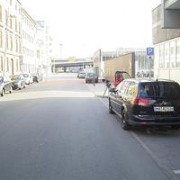 Die Messstelle befindet sich in der Mannheimer Hafenstraße (Tempo-30-Zone). Es wurde genau vor dem Ordnungsamt gemessen. Der Opel Vectra im Vordergrund ist das Messfahrzeug, im Hintergrund steht das Multanova VR 6F neben einem BMW-Cityroller.