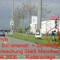 Am Ende Parkplatzes Bahnhof Waldhof schlecht zu sehen durch Gebüsch.