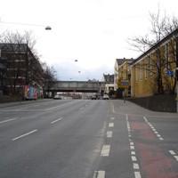 Anfahrtsansicht - rechts ist schon ein -entgegen der Fahrtrichtung geparkter- VW-Bus zu sehen.