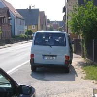 Dieser verdächtige VW-Bus steht kurz nach dem Ammerndorfer Ortseingang (von Wintersdorf kommend)