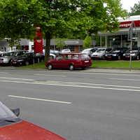 Richtung Autobahn steht ein roter VW Golf