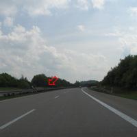 Anfahrtsansicht; die Geräte sind beidseitig mit rot-weiße Warnbaken getarnt; im Meßbereich weiße Quermarkierungen