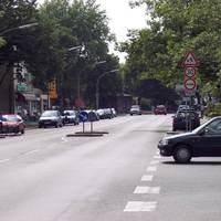 Passat Variant blitzt in beide Richtungen. Gehört der Kreisverwaltung Wesel. Kennz.: DU-YC 164. Altes Kennz.: MH-DT 721. Steht wöchentlich dort. Auf diesem Bild zu sehen links am Fahrtrichtungsschild (Blitzer vorne auf der Stoßstange).