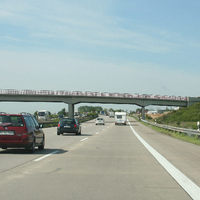 Anfahrt-wenn man genau hinsieht kann man den Messbus auf der Brücke (Ende) rechts erkennen.
