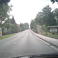 Wie man sieht, sieht man fast nichst durch meine bescheidene Cam, Sorry. Eine lange Straße wo man gerne mal schneller fährt als 50kmh. Man beachte das Auto, was links oben am Fahrbahnrand steht.