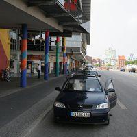 Geblitzt wird aus einem blauen Opel Astra, Baujahr ca. 1998 mit Kennzeichen KI-SC 219