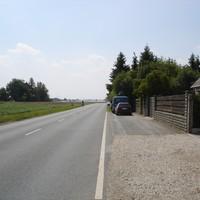 Anfahrtsansicht. Radarwagen am rechten Strassenrand.
