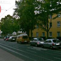 Die Radarmessstelle in der Bessunger Straße. Es handelt sich um den üblichen goldfarbenen Astra. Die Gegenrichtung kann mit der Lichtschranke überwacht werden.