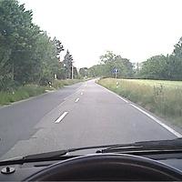 Hier die Anfahrt in Richtug Eibau. Neben dem Schild mit dem geradeaus steht er in einer Einfahrt oder Straße besser gesagt, wo man nicht reinfahren darf. Schlau unser Ober-Blitzermann...