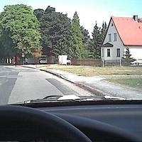 Na wer steht denn da? Sehr gut im Schatten getarnt. Gemessen wurde in die Richtug wo, ich fahre, also nach vorne. Man hat sie zu Beginn der 30km/h-Zone nicht gesehen, gut gemacht.