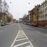 Anfahrtsansicht - Der Messwagen (brauner VW Passat) steht rechts vor dem silbernen Audi TT