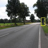 Wer nicht träumt, oder zu schnell fährt, wird den Starenkasten sehen. Rechterhand ist die Zufahrt zu einem Hof zu sehen, der Standort ist m. M. nach gerechtfertigt. Normalerweise blitzt der LK Verden ab 13 km/h zu schnell - offenbar auch hier.