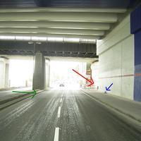 Anfahrtsansicht: Die Messstelle befindet sich in der Rheinuferstraße am Übergang zur Rheinallee unter der Brücke bei der Walzmühle. Der rote Pfeil zeigt auf die Fotoeinheit (noch nicht zu sehen), der grüne Pfeil auf die Überfahrschleifen auf der Straße und der blaue Pfeil auf die auffällige Kabeltrommel auf dem Bürgersteig.