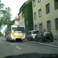Die Südstraße ist ja bereits in der Galerie vertreten. Allerdings mit dem Standort 1-2 km weiter unten (westlich). Diesmal wurde gleich nach der Kreuzung mit der Oststraße gemessen.  Auch wenn der Bus nicht da gewesen wäre, hätte man außer dem weißen VW-Bus keine Alarmzeichen erkennen können.  Die Fotoeinheit war vom VW-Bus verdeckt, die Lichtschranken unauffällig auf dem Grünstreifen und auf dem Gehweg, ebenfalls verdeckt, aufgebaut.