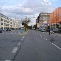 Anfahrtsansicht in Fahrtrichtung Innenstadt. In diese Richtung wurde aus dem silbernen Opel Combo gemessen. Links ist auch der rote Golf für die andere Fahrtrichtung zu sehen.
