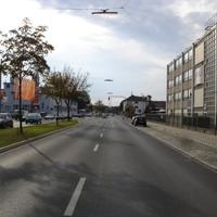 Anfahrtsansicht in Fahrtrichtung stadtauswärts.