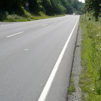 Ansicht der Messstelle vom rechten Fahrbahnrand. Es gelten die üblichen 70 km/h, deren Sinn sich wenigen Verkehrsteilnehmern erschließt - entsprechend wird gefahren.