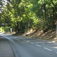 Ortseinfahrt aus Richtung Friedrichsdorf. Kaum zu übersehen.