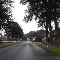 Anfahrtsansicht: Innerorts, gerade Strecke, hier steht auch öfters die LEIVTEC XV2 auf beiden Straßenseiten