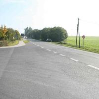 Anfahrtsansicht. Bei der Straße handelt e sich um die Verbindung der B 7 in Richtung BAB 9 Auffahrt Bad Klosterlausnitz
