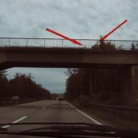 Im Radio wurde ein Blitzer in Höhe Anschluß Dittersdorf angekündigt ... dieser folgte dann auch etwa 3 km später. Deshalb war die Kamera scharf *gg* Rechts neben der Brücke stand der Meßwagen (silberner Ford Transit) im Gebüsch. Auf Grund der geringen Auflösung braucht man allerdings etwas Phantasie, um die Kameras zu erkennen :o)