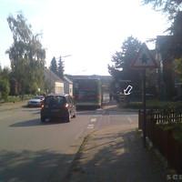 Anfahrtsansicht: kurz nach der Kreuzung Maria-Montessori-Straße, vor der Bushaltestelle