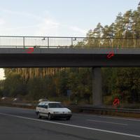 keine Anfahrtssicht, es war aufgrund der Lichtverhältnisse nichts zu erkennen. Deswegen hier ein Gesamtbild von gegenüber. Die zwei im Brückengeländer montierten Kameras sind so sehr gut zu sehen. Hinzu sind noch eine Kabeltrommel sichtbar, sowie drei Kabel für die Bodenkamera im Mittelstreifen.