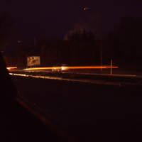 Ansicht von gegenüber. Da die Stadt Strom sparen will, sind die Laternen aus. Am Laternenpfahl ist auch Zeichen 394 zu erkennen (Es kennzeichnet innerhalb geschlossener Ortschaften Laternen, die nicht die ganze Nacht brennen) - In Schwerin dagegen Laternen, welche auch jetzt nie mehr angehen ...