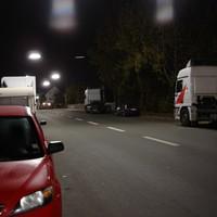 Recht unscheinbar ist das Messfahrzeug zwischen zwei LKWs platziert.
