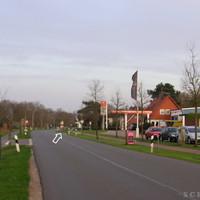 Anfahrtsansicht: Direkt bei der Tankstelle, beim rechten Pfeil versteckt in der Straße der weiße T4 Messwagen