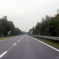Anfahrtsansicht: gerade Strecke, beim linken Pfeil stand der Messwagen (weißer T4)