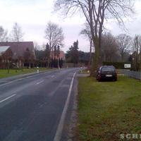 Anfahrtsansicht: Kurz nach der Kurve ist das Ortsausgangsschild in Richtung B401 (Hilkenbrook)