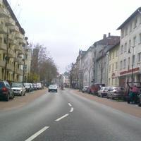 In dieser Durchgangsstraße, die auf 30 km/h beschränkt wurde, wird geblitzt. Nur wer den roten T4 kennt, kann seine Geschwindigkeit rechtzeitig reduzieren.