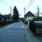 Rechte Straßenseite nach Einfahrt zum HG Nr. 43 steht die Anlage,blitzt Kfz. in Fahrtrichtung  Einmündung Frühlingsstraße,(weitergehend Leipziger/Altenburger Straße -kurz nach der Buswendestelle Richtung Ortskern) V max= 30km/h (Markierung für Kontaktschleife im Vordergrund gut sichtbar)