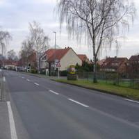 Der TraffiTower steht zirka 25m hinter dem Ortseingang von Groß Ellershausen. Die Schleifen in der Straße liegen aber schon knapp 20m nach dem Schild!