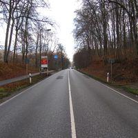 Anfahrtsansicht aus Schwerin Rtg. Crivitz; der Blitzer war schon von weitem zu sehen. Trotzdem erwischte es DREI Fahrzeuge im Abstand von je 100m hintereinander.