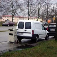 Der bekannte weiße Opel Combo des Schweriner Ordnungsamtes, vom Bürgersteig aus betrachtet.