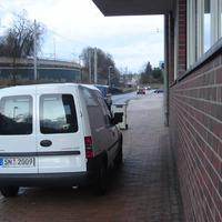 Es ist schon auffällig, wenn ein weißer Combo mit Behördenkennzeichen mitten auf einem Gehweg steht ...