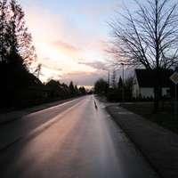 Der Blitzer steht keine 200m vom Ortseingang entfernt. Wo genau? Na da rechts, vor der Hecke ;) Ganz rechts schaut ein Teil des blauen Meßwagens in das Bild hinein.