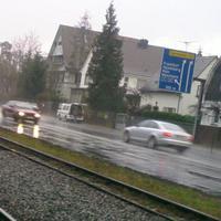 Messung der Darmstädter Polizei in der Siedlung Tann. Geblitzt wird aus einem weißen Mitsubishi Minivan älteren Baujahrs. Sorry wegen der schlechten Qualität, konnte wegen Regen keine guten Bilder machen.