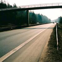 Auf der B3 Umgehung von Darmstadt Eberstadt gelten 100 km/h als Limit. Aber in der Gemarkung von Darmstadt wird immer etwas sinnloser limitiert als anderswo. Hier hat sich das Darmstädter Ordnungsamt unter der zweiten Brücke aus Darmstadt kommend versteckt. Wegen Gegenlicht schwer zu fotografieren und für den Autofahrer schwer zu erkennen.
