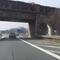 rechts der Einseitensensor, dann der dunkelblaue VW-Meßbus und am Brückenpfeiler nur eine Fotoeinheit im Schatten. An der Mittelleitplanke - auf dem Bild nicht sichtbar - waren sehr tief eine Foto- und Blitzeinheit im Schatten aufgestellt.