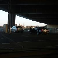 """Hier werden die verfolgten Autos dann oft hingelotst und gestoppt (der dunkle BMW ist das """"opfer"""")"""