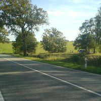 Ansicht aus Rtg. Reinstorf kommend. Die abschüssige 70er Strecke lädt die von der Autobahn kommenden PKW bei freier Sicht geradezu ein, den Fuß nicht auf die Bremse zu drücken.