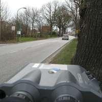 Das Laserkommando stand für die Autofahrer unsichtbar kurz hinter dem OA Rtg. Sternberg. Gemessen wurden die Fahrzeuge etwa 100-150m vor dem Ortsausgangsschild, wo es noch eine Einmündung einer viel befahrenen Straße sowie eine Tankstelle gibt.